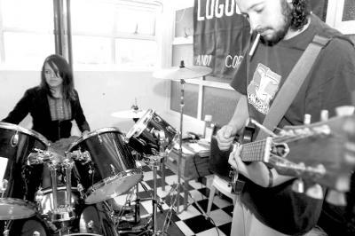 Entre el hardcore y el rock renacen los Cadáveres Escarlata